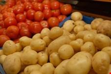 کاهش نرخ گوجه فرنگی و سیب زمینی در بازار ادامه دار شد/ حداکثر قیمت هر کیلو گوجه فرنگی 3 هزار و 500 تومان